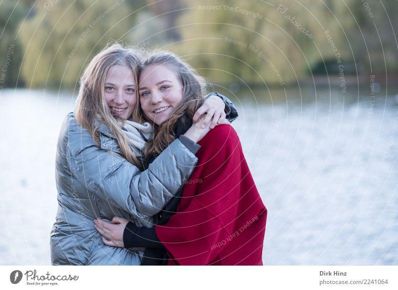 Freundinnen im Park II Mensch feminin Junge Frau Jugendliche Geschwister Freundschaft Paar Partner 2 18-30 Jahre Erwachsene Herbst blond Fröhlichkeit