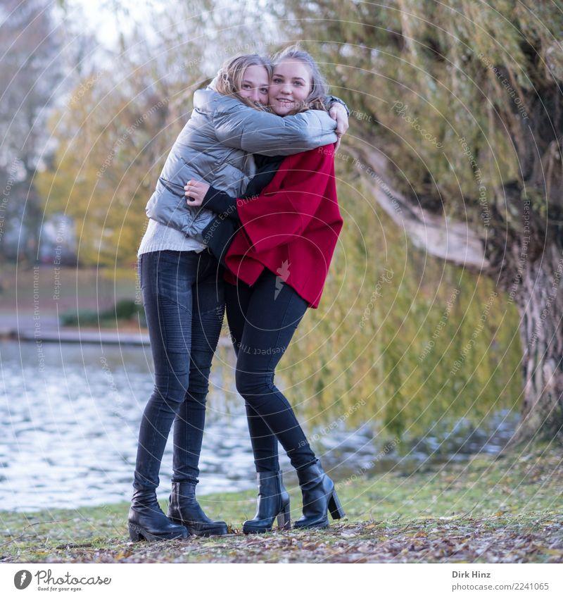 Freundinnen im Park Mensch Natur Jugendliche Junge Frau schön Freude 18-30 Jahre Erwachsene Herbst natürlich feminin Glück Mode Paar Zusammensein Ausflug