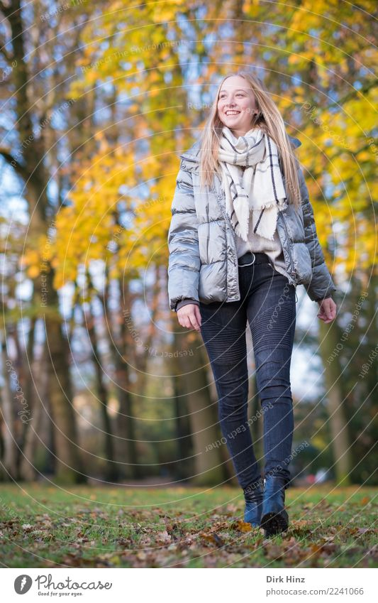 Herbstspaziergang IX Lifestyle Stil Mensch feminin Junge Frau Jugendliche 1 18-30 Jahre Erwachsene Natur Mode Bekleidung Jeanshose Jacke Schal Stiefel blond