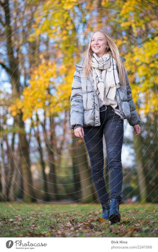 Herbstspaziergang IX Mensch Natur Jugendliche Junge Frau Erotik 18-30 Jahre Erwachsene Lifestyle feminin Stil Mode gehen leuchten blond Lächeln