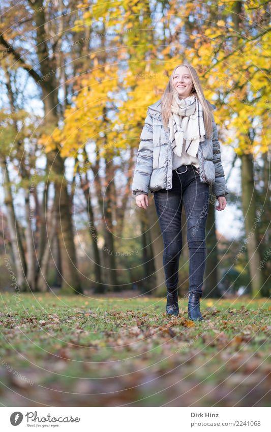Herbstspaziergang VII Mensch Jugendliche Junge Frau schön Erotik 18-30 Jahre Erwachsene Lifestyle feminin Stil Glück Mode gehen leuchten blond