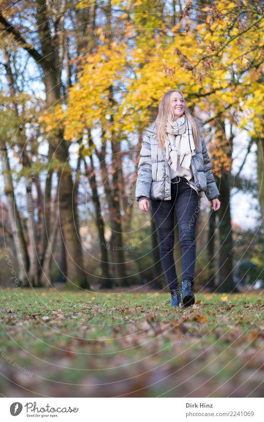 Herbstspaziergang VI Lifestyle Stil Mensch feminin Junge Frau Jugendliche 1 18-30 Jahre Erwachsene Natur Park Mode Jeanshose Jacke Schal Stiefel blond
