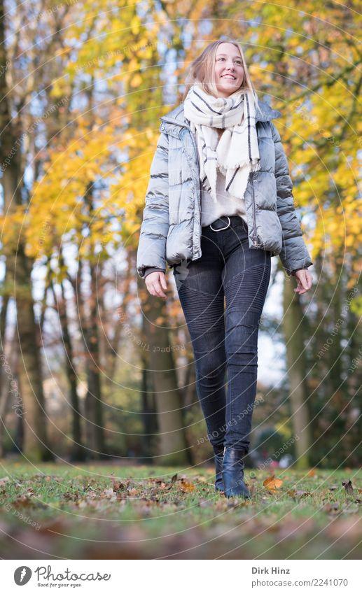 Herbstspaziergang V Mensch Natur Jugendliche Junge Frau schön Erotik 18-30 Jahre Erwachsene Lifestyle natürlich feminin Stil Glück Mode Ausflug