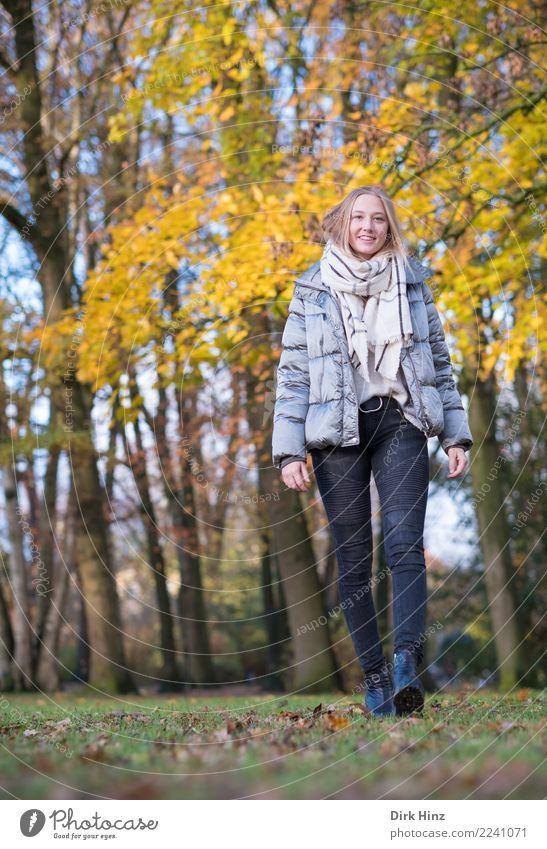 Herbstspaziergang IV Lifestyle Stil Freude Mensch feminin Junge Frau Jugendliche 1 18-30 Jahre Erwachsene Mode Jacke Schal Stiefel Bewegung gehen Lächeln