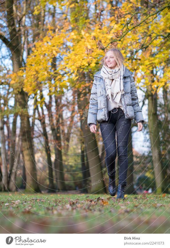 Herbstspaziergang III Mensch Jugendliche Junge Frau schön Erotik 18-30 Jahre Erwachsene Lifestyle feminin Glück Mode gehen Park modern blond