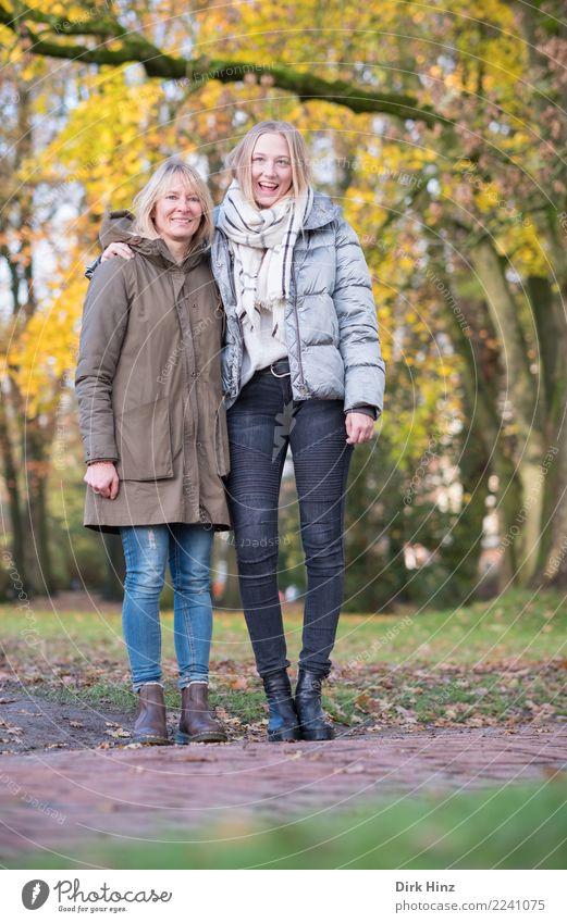 Mutter & Tochter im Park Mensch feminin Junge Frau Jugendliche Erwachsene Familie & Verwandtschaft 2 18-30 Jahre 45-60 Jahre Natur Herbst Mode blond langhaarig