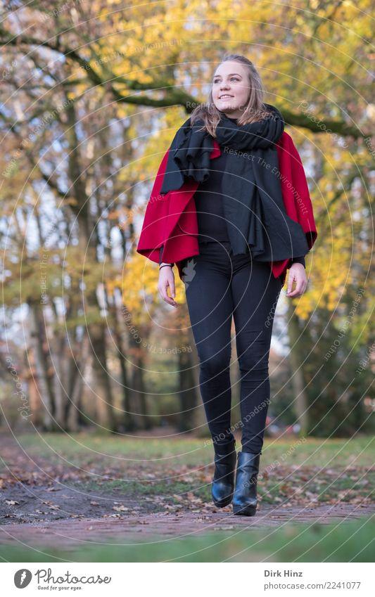 Herbstmode II Lifestyle elegant Stil schön Mensch feminin Junge Frau Jugendliche 1 18-30 Jahre Erwachsene Natur Park Mode Bekleidung Schal Stiefel gehen