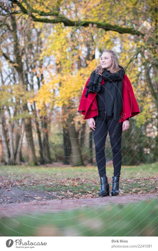Herbstmode II Mensch Natur Jugendliche Junge Frau schön Erotik 18-30 Jahre Erwachsene feminin Stil Mode Ausflug gehen Zufriedenheit Park