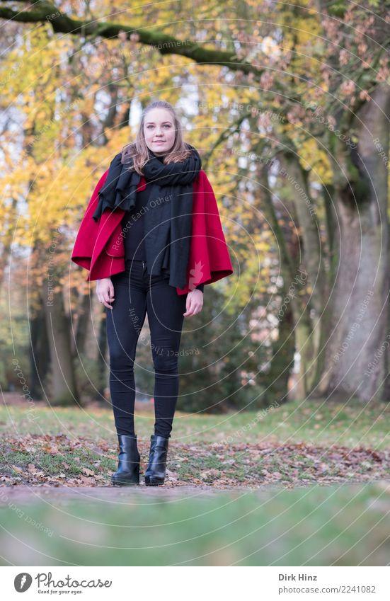 Herbstmode Lifestyle elegant Stil schön Ausflug Mensch feminin Junge Frau Jugendliche 1 18-30 Jahre Erwachsene Natur Mode Stiefel Blick Park Schal Umhang schick