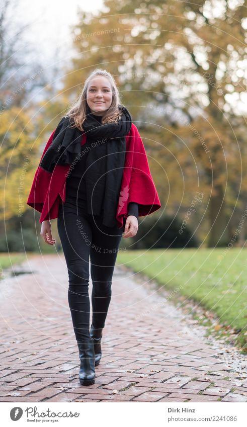 Herbstspaziergang Mensch feminin Junge Frau Jugendliche 1 18-30 Jahre Erwachsene Mode gehen Lächeln laufen elegant Freundlichkeit Fröhlichkeit schön positiv