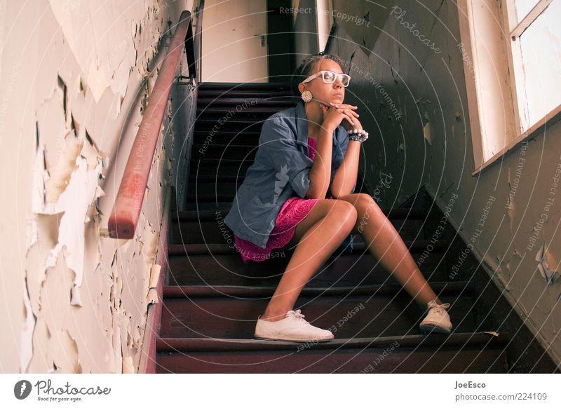 wann ist denn endlich weihnachten... Frau Mensch Jugendliche schön Einsamkeit Leben Traurigkeit Denken Erwachsene warten sitzen Treppe Lifestyle Brille einzigartig