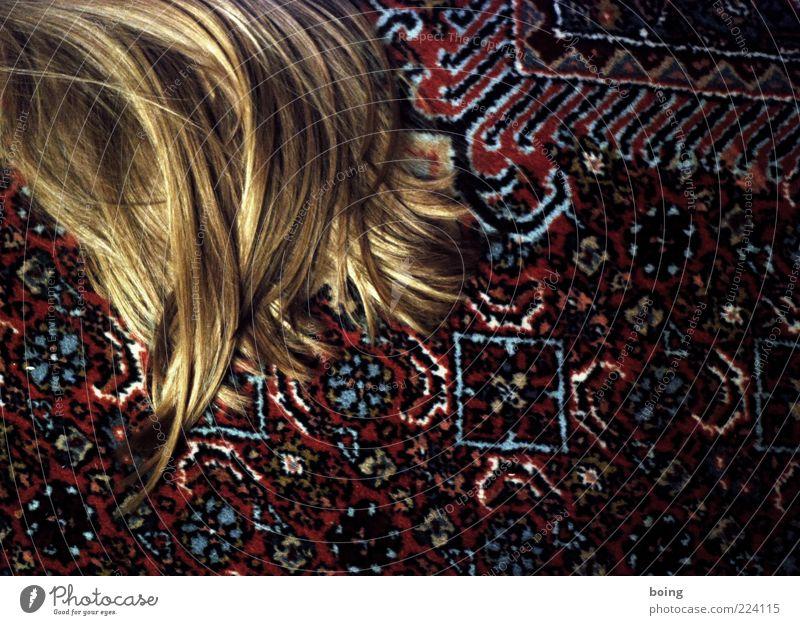 schlafen Häusliches Leben Wohnung Wohnzimmer Teppich Haare & Frisuren blond langhaarig liegen Farbfoto Innenaufnahme Textfreiraum rechts Textfreiraum unten