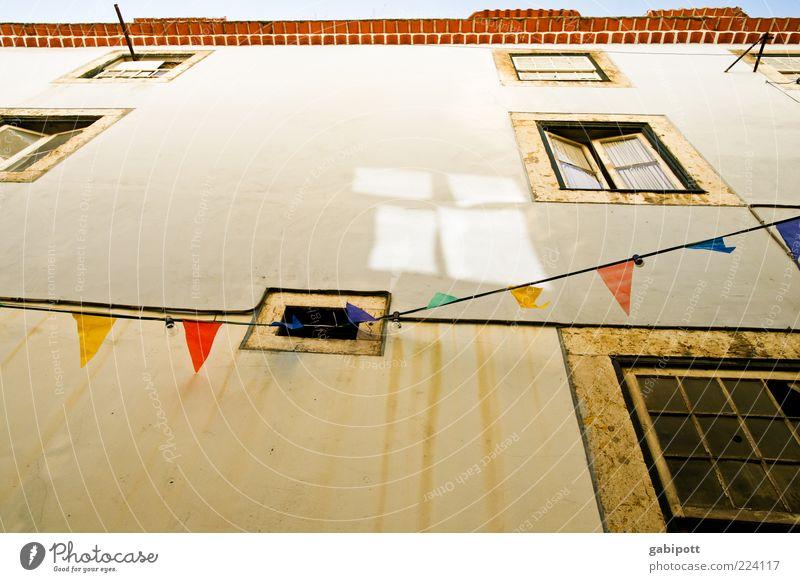 Wimpel statt Lichterkette Haus Gebäude Architektur Mauer Wand Fassade Fenster Zeichen Fahne hängen alt trashig Fröhlichkeit Lebensfreude Vorfreude Nostalgie
