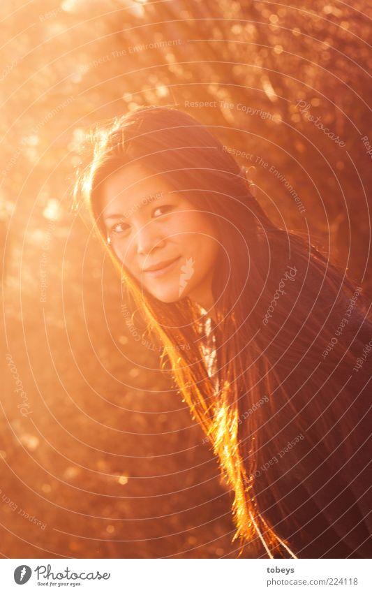 Herbstrascheln III Natur Jugendliche schön Leben Erholung feminin Glück Erwachsene Zufriedenheit elegant Fröhlichkeit natürlich Asien Lebensfreude Lächeln