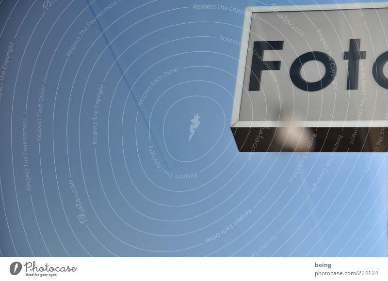 )KÄS Lifestyle Handel Schriftzeichen frei frisch Leuchtreklame Außenaufnahme Textfreiraum unten Textfreiraum Mitte Textfreiraum links Fotogeschäft Blauer Himmel