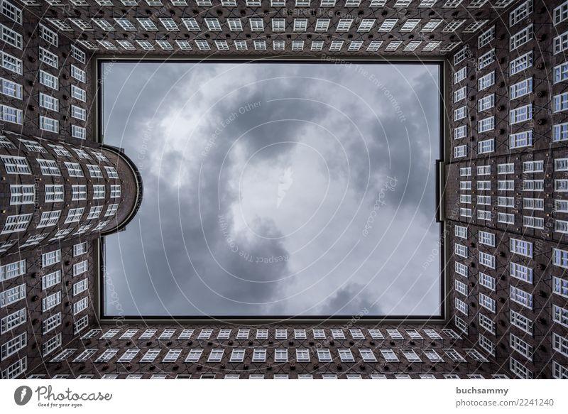 Fenster in den Himmel Architektur Backstein alt ästhetisch braun Chilehaus Europa Geometrie Hamburg Hansestadt Scheiben deutschland fenster Farbfoto