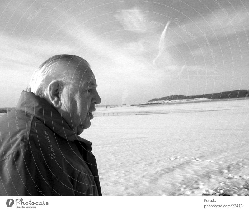Alter Mann im Schnee alt Winter Gesicht ruhig Senior Ferne Feld Erwachsene Spaziergang authentisch Porträt Ruhestand Niedersachsen Grauwert