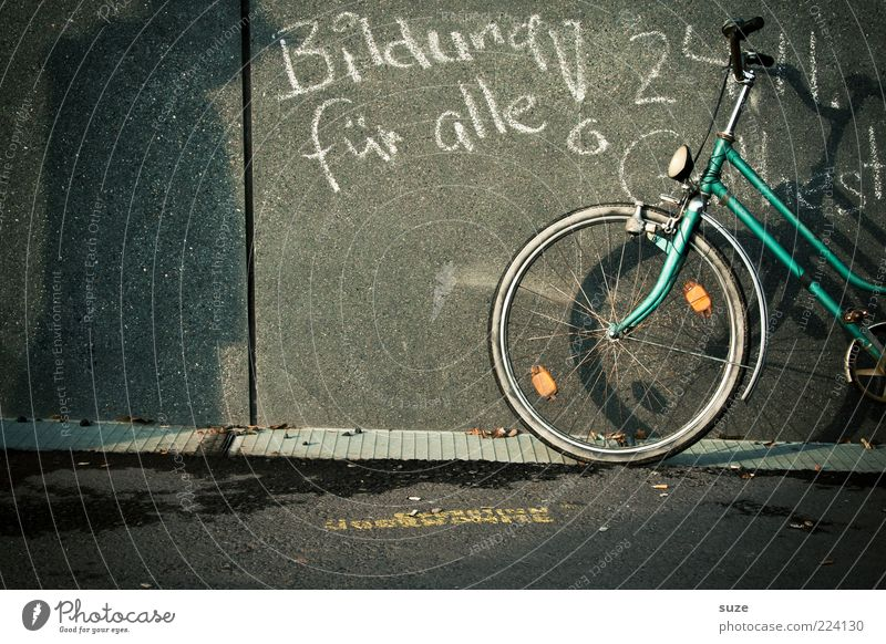 Spruchreif Haus Fahrrad Bildung Schule Schulgebäude Studium Mauer Wand Fassade Fenster Beton Zeichen Schriftzeichen authentisch einzigartig Originalität positiv
