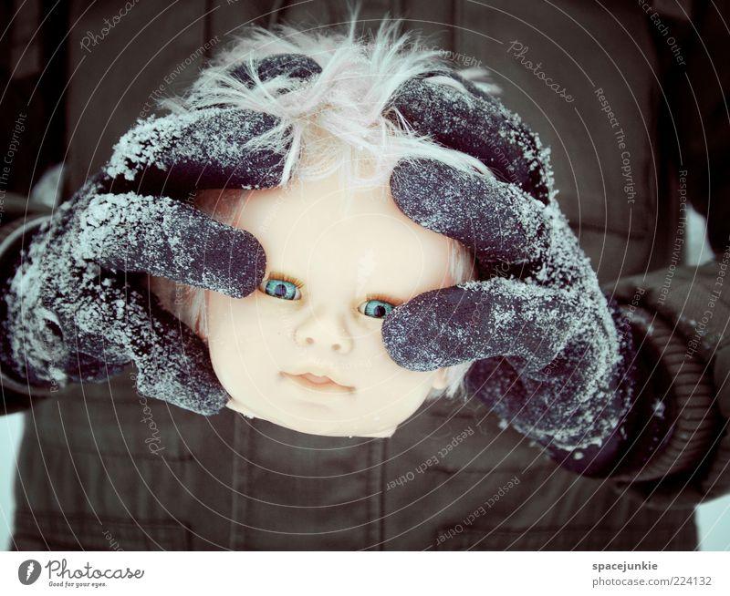 i found my head Puppe blond gruselig lustig trist verrückt Angst Puppenkopf Kopf verlieren kalt Winter Blick kopflos Farbfoto Außenaufnahme Textfreiraum unten