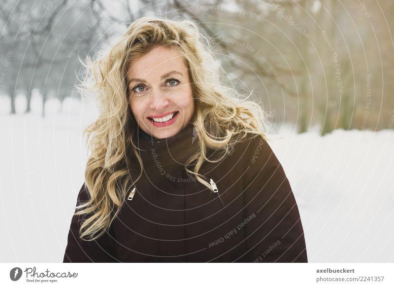 blonde Frau in Winterlandschaft Lifestyle Freude Zufriedenheit Erholung Freizeit & Hobby Schnee Winterurlaub wandern Mensch feminin Junge Frau Jugendliche