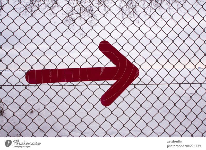 Rechts rot Schilder & Markierungen Pfeil Zeichen Grenze Zaun Richtung Draht Wegweiser rechts Orientierung Begrenzung Ordnungsliebe richtungweisend Maschendraht Grundstücksgrenze