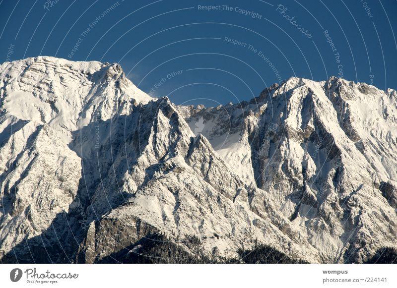 Traumhaft schönes Bergwetter Natur weiß blau Berge u. Gebirge Landschaft Umwelt Wetter Felsen Reisefotografie Alpen Gipfel Schönes Wetter Wolkenloser Himmel Schneebedeckte Gipfel