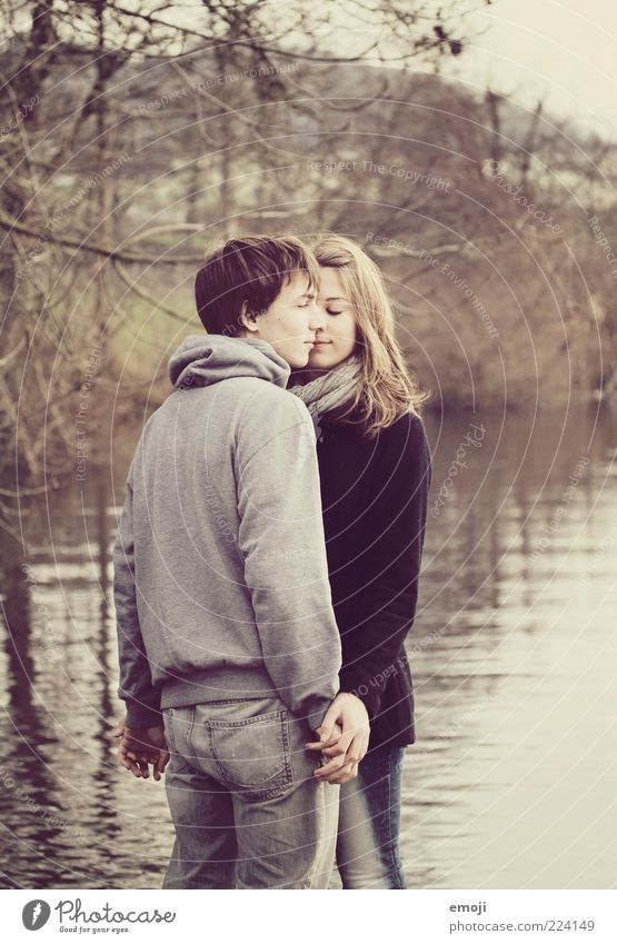 geniessen maskulin feminin Junge Frau Jugendliche Junger Mann Paar 2 Mensch 18-30 Jahre Erwachsene Natur Herbst See genießen schön Hand in Hand nah berühren