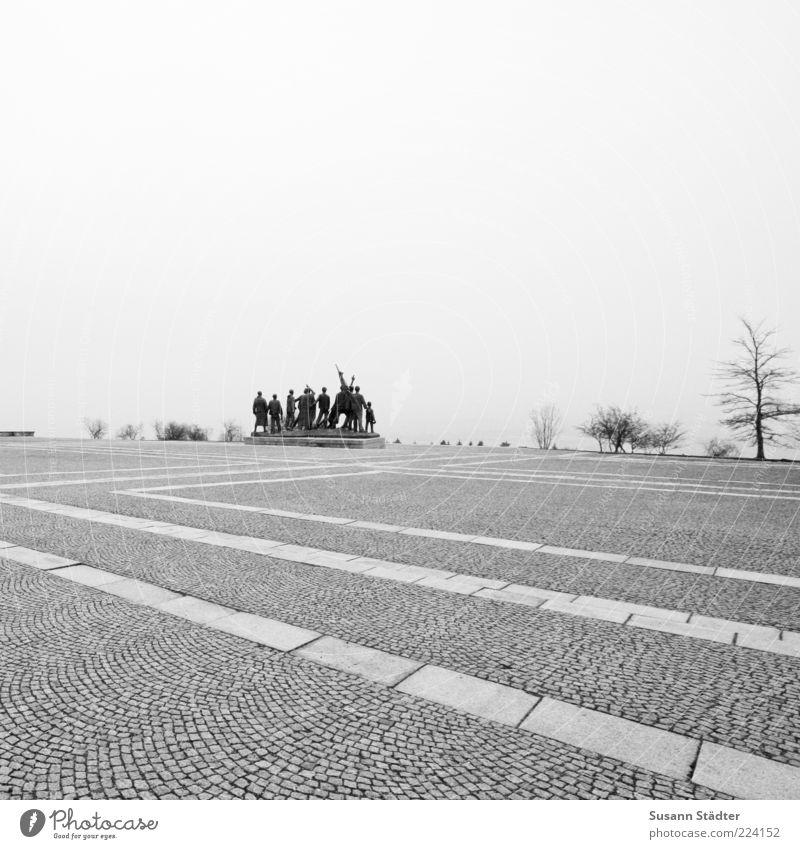 Kampfgeist. Mensch Freiheit Zusammensein Kraft Platz Zeichen Vergangenheit Denkmal Mut Krieg Wahrzeichen Zusammenhalt Skulptur kämpfen Erinnerung Pflastersteine