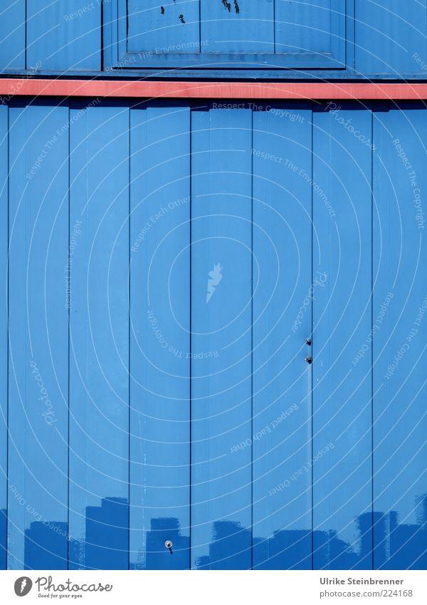 Exhausted Blue III (HH AST 5/10) blau Hütte Farbe Holzhütte Holzbrett Fassade Anstrich Fleck Linie gerade parallel gestrichen Leiste unregelmäßig Pinselstrich