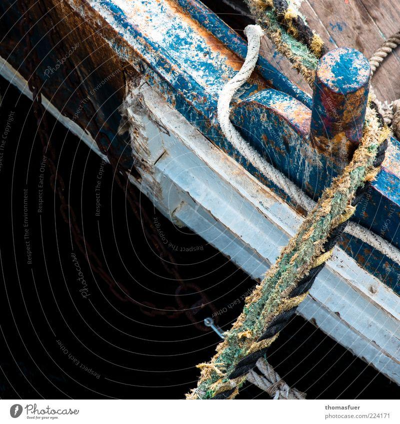 Fish and Ships alt blau Sommer Farbe Holz Seil verfallen Idylle Verfall schäbig verwittert Anschnitt Bildausschnitt Fahrzeug maritim Ruderboot