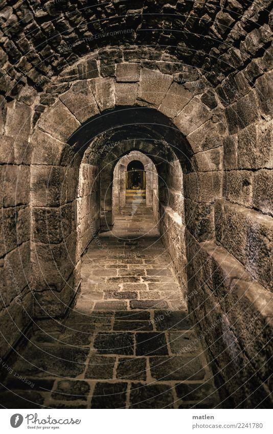 Krypta Menschenleer Kirche Bauwerk Architektur alt dunkel braun schwarz Kloster Spanien Rioja Altar Gang Sportbogen Naturstein Gotik Gedeckte Farben