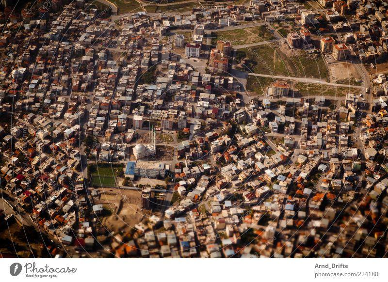 Moschee Stadt Landschaft braun groß Dach Unendlichkeit Bauwerk Anhäufung Sehenswürdigkeit Türkei Textfreiraum Moschee Luftaufnahme Vogelperspektive Flugzeugausblick Izmir