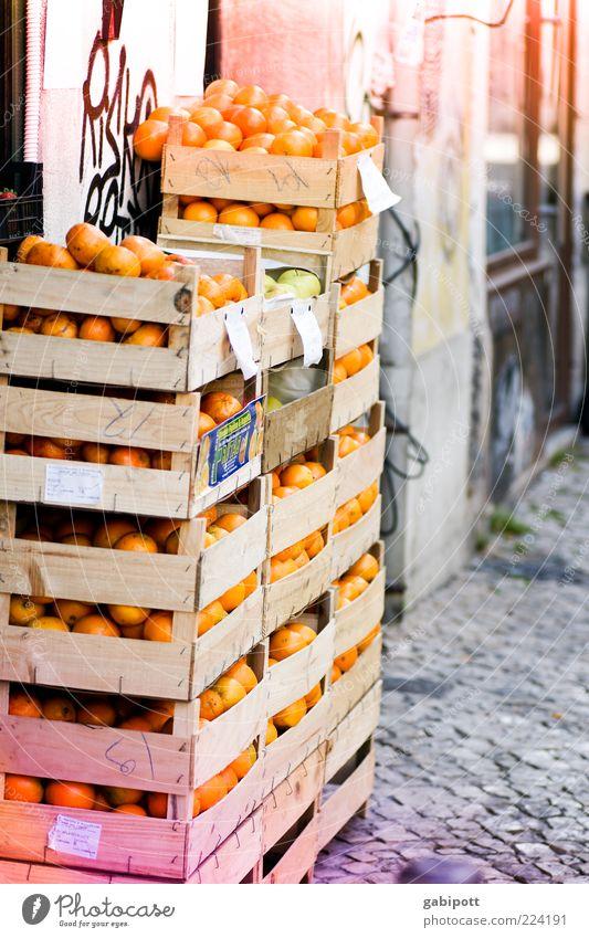Apfelsinen für den Weihnachtsteller alt Ernährung Lebensmittel Orange Frucht Fassade viele lecker Südfrüchte Kiste Stapel saftig Pflastersteine Konkurrenz Markt