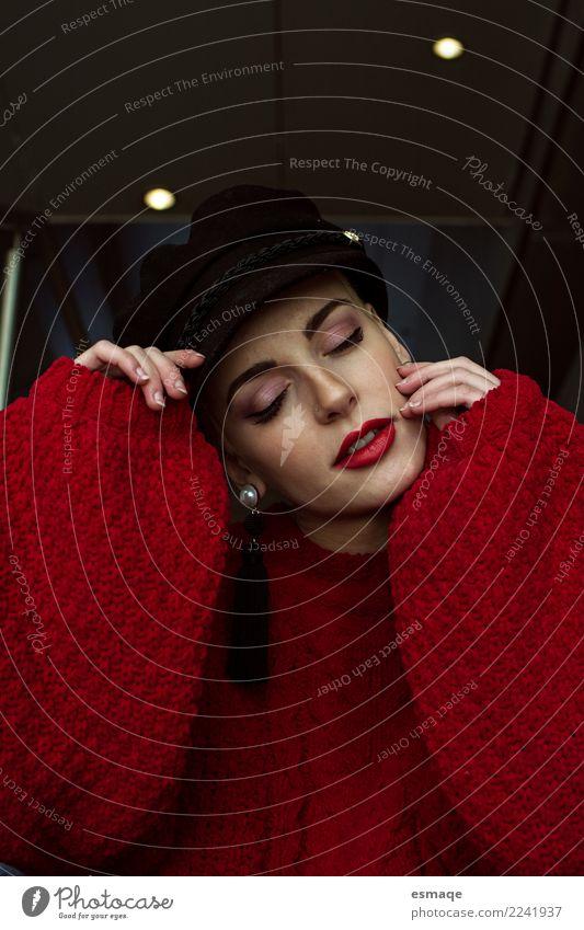 Nette Porträtfrau Lifestyle elegant Stil Mensch feminin Junge Frau Jugendliche Mode Accessoire Hut beobachten Lächeln warten Coolness authentisch trendy schön