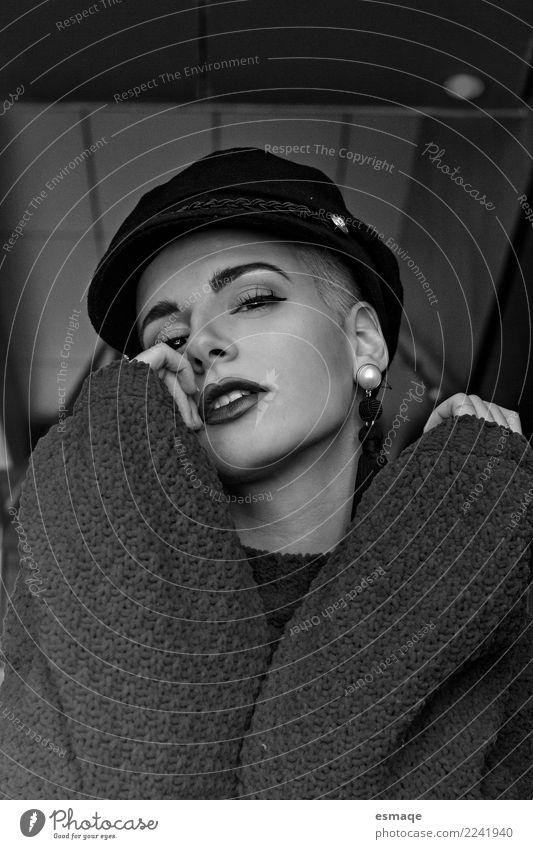 Schwarz-Weiß-Porträt Frau Lifestyle Reichtum schön Mensch feminin Junge Frau Jugendliche Mode Accessoire Schmuck Hut beobachten Beratung Denken Coolness