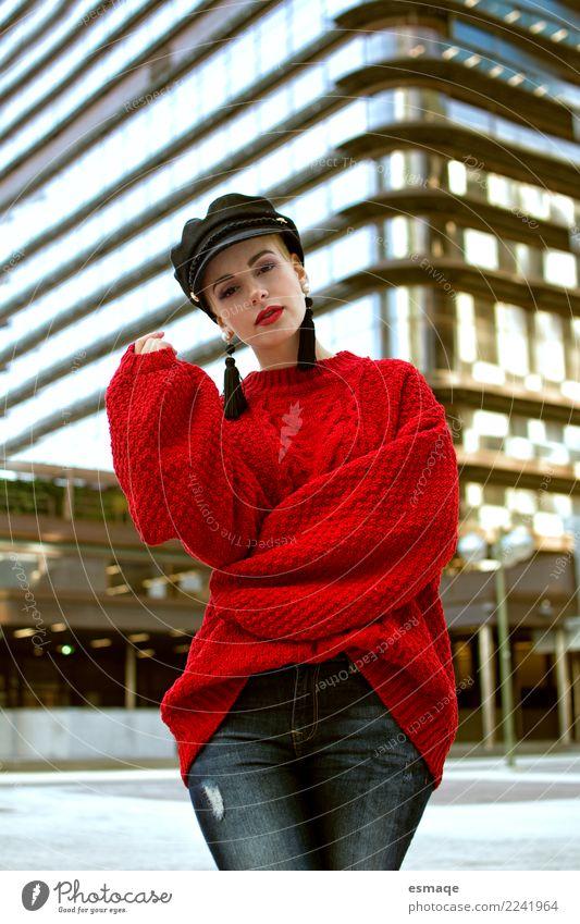 Lebensstil Frau Lifestyle Reichtum elegant feminin Kleinstadt Stadt Balkon Mode Bekleidung Accessoire Schmuck Hut authentisch Fröhlichkeit rot einzigartig Glück