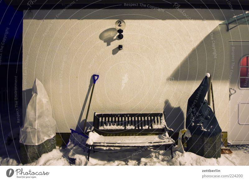 Winter Schnee Häusliches Leben Wohnung Haus kalt Neuschnee Bank 2 Hausnummer winterfest Eingang Eingangstür Topfpflanze Blumentopf Besen Lampe Laterne Fassade