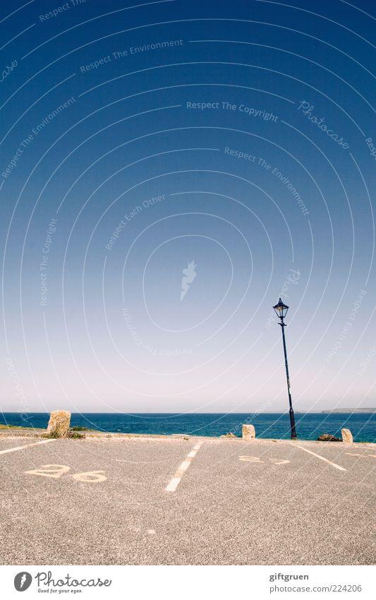 nah am wasser Himmel Wasser Meer Ferne Straße Umwelt Küste Linie Beleuchtung Horizont Verkehr Schriftzeichen Ziffern & Zahlen Asphalt Laterne Parkplatz