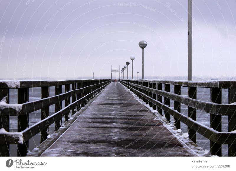 Winterlaufsteg Eis Frost Küste Ostsee Menschenleer Brücke Holz ruhig Farbfoto Außenaufnahme Tag Kontrast Starke Tiefenschärfe Weitwinkel Seebrücke Steg Geländer