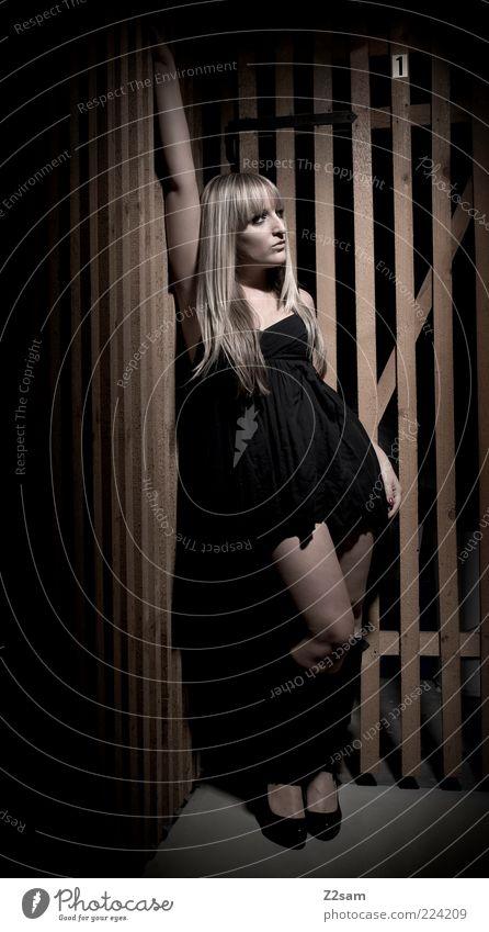 NR 1 Mensch Jugendliche schön Erotik dunkel feminin Stil Holz träumen blond elegant Mode ästhetisch Coolness stehen