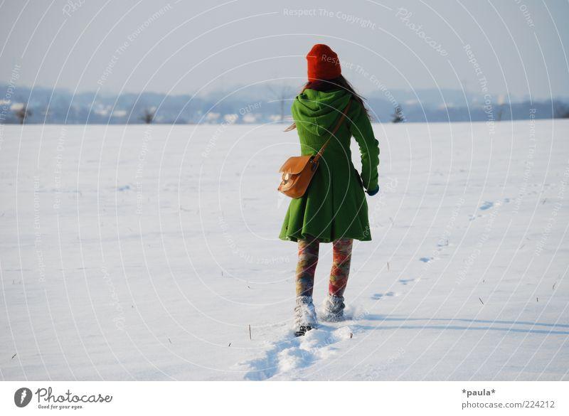Kommst du mit in den Winter? Mensch Himmel Jugendliche grün weiß rot Winter Erwachsene Ferne feminin Schnee Landschaft Bewegung Mode Feld elegant