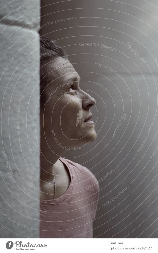 porträt einer zweifelnden frau. zum zweifeln geboren, zum glauben verdammt Mensch feminin Frau Erwachsene 1 beobachten Neugier Hoffnung Glaube Sorge Unglaube