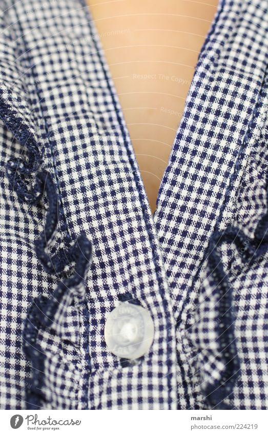 zugeknöpft feminin Mode Bekleidung Hemd blau Knöpfe kariert weiß Bluse Stoff Stoffmuster Muster Rüschen geschlossen Haut Farbfoto Zentralperspektive bayerisch