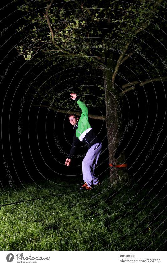 Line. Mensch Jugendliche Baum Erwachsene Wiese dunkel Gras Bewegung Freizeit & Hobby laufen Seil stehen Coolness 18-30 Jahre sportlich Leidenschaft