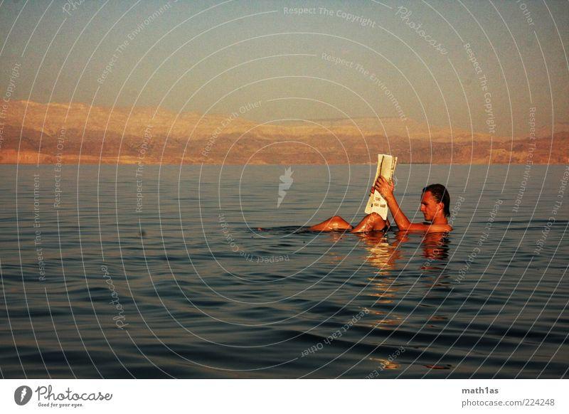 Obligatorische Zeitung Mensch maskulin Junger Mann Jugendliche 1 18-30 Jahre Erwachsene Wasser Meer See liegen sitzen ästhetisch Stimmung Zufriedenheit