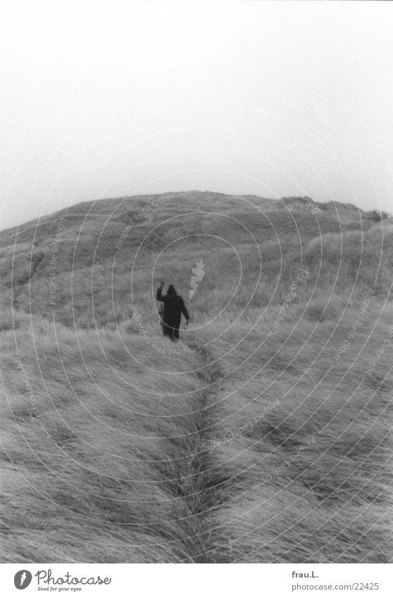 Düne winken gehen Winter Mann Meer Frau Mütze Ferien & Urlaub & Reisen Fröhlichkeit wandern Abschied Einsamkeit kalt Wind Strand Küste Mensch Stranddüne