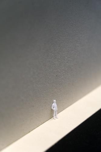 Farblose Welt Mensch maskulin Junger Mann Jugendliche Erwachsene 1 30-45 Jahre 45-60 Jahre Stadt Fußgängerzone bevölkert Mauer Wand Straße Anzug Kunststoff