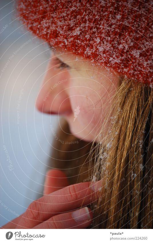 An einem Wintertag feminin Junge Frau Jugendliche Kopf Gesicht 1 Mensch 18-30 Jahre Erwachsene Schnee Mütze brünett langhaarig beobachten berühren genießen