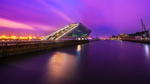 Dockland Hamburg blau Stadt Wasser Architektur Gebäude rosa Büro Europa Fluss violett Hafen Elbe Bürogebäude