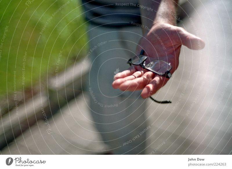 """""""wolle brille?"""" Hand Finger Hilfsbereitschaft Brille offen Freundlichkeit zeigen finden geben Ehrlichkeit Mitgefühl bringen loyal Solidarität Selbstlosigkeit"""